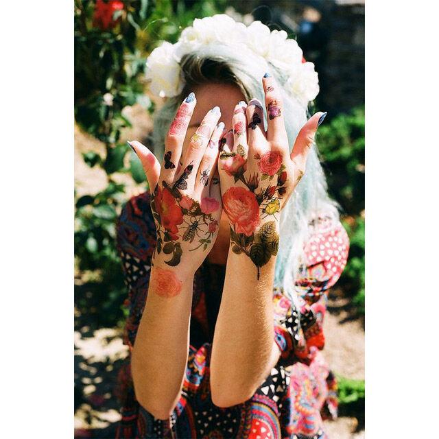 Bloemen tatoeage op de handen