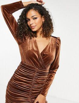 Gerimpelde mini-jurk van fluweel met blote rug in chocoladebruin