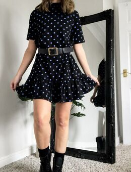 Hoogsluitende mini jurk met korte mouwen, smokwerk en peplum zoom in zwart met paarse stippen