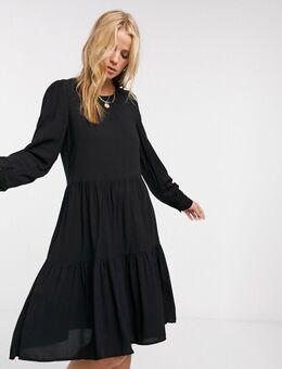 Gelaagde, gesmokte jurk in zwart
