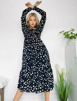 Inspired - Aangerimpelde midi jurk in zwart met stippenprint