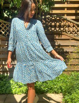 Aangerimpelde jurk in blauw met madeliefjesprint-Multi