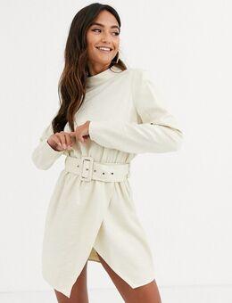 X Stephsa - Hoogsluitende glanzende mini-jurk met riem in crème-Wit