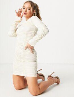 Mini jurk met blote schouders en gerimpelde detail in ivoorwit
