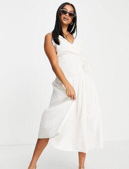 ASOS DESIGN Petite - Lange cami-jurk met overslag en gesmokte taille in witte seersucker