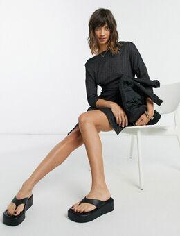 Mini jurk met overslag, blote schouders en cropped mouwen in zwart