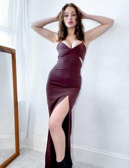 Lange jurk met camibandjes en uitsnijdingen in chocoladebruin
