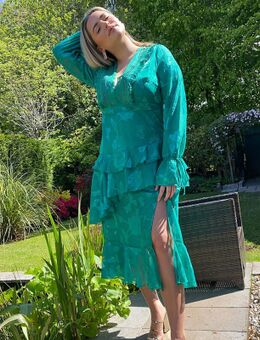 Lange diepuitgesneden jurk met kanten detail in groen