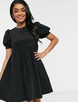 Aangerimpelde jurk met pofmouwen in zwart