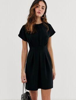 Mini-jurk met ingenomen taille in zwart