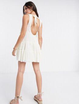 Korte gelaagde jurk met smokwerk en open achterkant-Crème