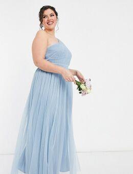 Anaya With Love Plus - Lange bruidsmeisjesjurk van tule met blote schouder in zachtblauw