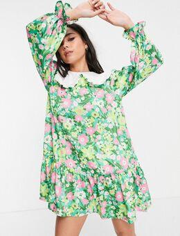 Aangerimpelde mini jurk met kraag met borststuk en geschilderde bloemen tegen groene ondergrond-Meerkleurig