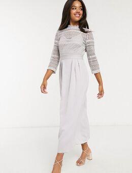 – Midaxi-Kleid in Eisgrau mit Spitzenbesatz