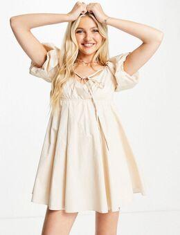 – Kurzes Babydoll-Kleid in Creme mit Riemendetail-Weiß