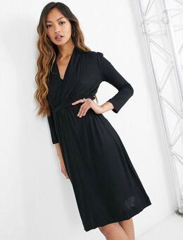 – Jersey-Kleid mit Taillenband in Schwarz