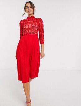 – Rotes Skater-Kleid mit Spitze und Zierfalten