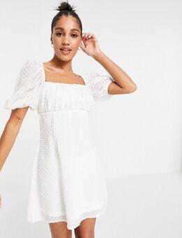 – Kleid mit gerüschter Brustpartie und Dobby-Struktur in Weiß