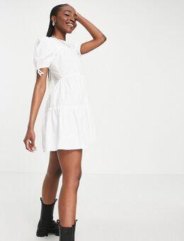 – Gestuftes Minikleid mit Schnürung an den Ärmeln in Weiß
