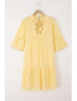 Gele jurk met geborduurde details