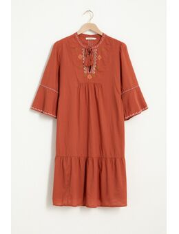 Donkerrode jurk met geborduurde details