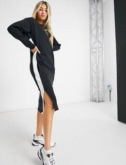 Classic long sleeve dress in black