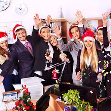 Das richtige Outfit für die betriebliche Weihnachtsfeier – wenn es nicht spießig sein soll