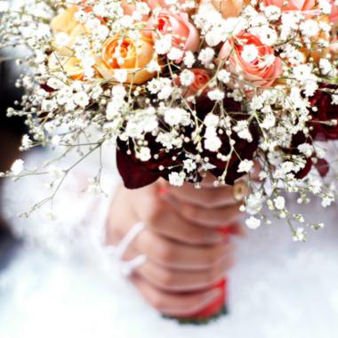 Heftig: 6 vrouwen droegen dezelfde jurk voor een bruiloft